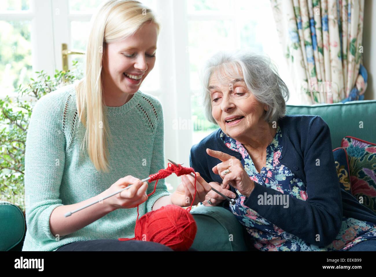 Grand-mère-fille montrant comment tricoter Photo Stock
