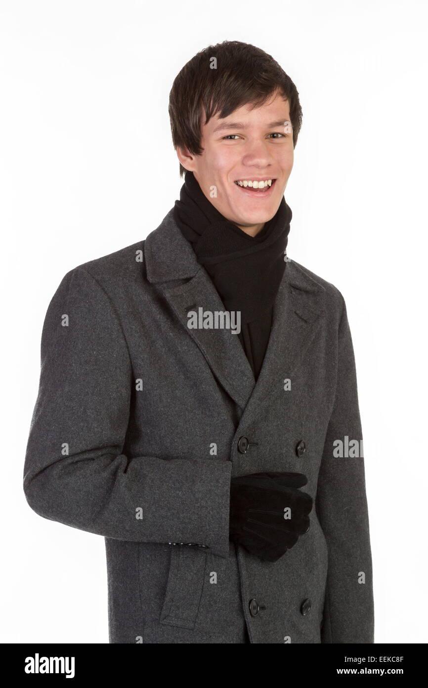 Jeune homme en manteau d hiver, gants et écharpe Banque D Images ... 15c3c9ab40a