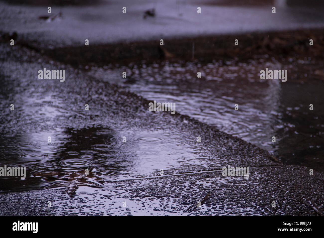 Trottoirs surélevés humide sur une journée pluvieuse et morne. Photo Stock