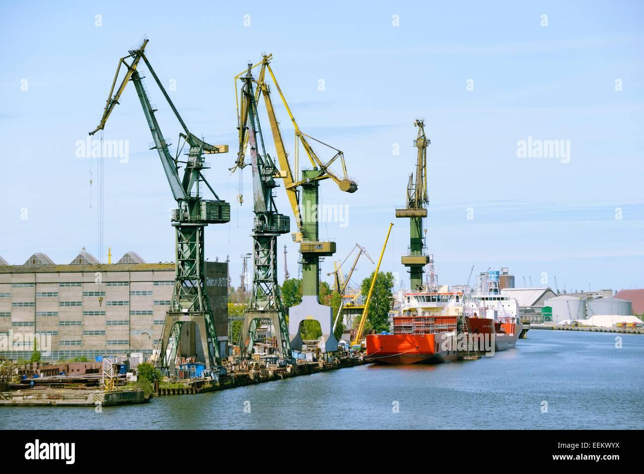 Gdansk Pologne. Quais du port et les entrepôts de Gdansk Stocznia S.A. sur la pointe sud de l'île Photo Stock