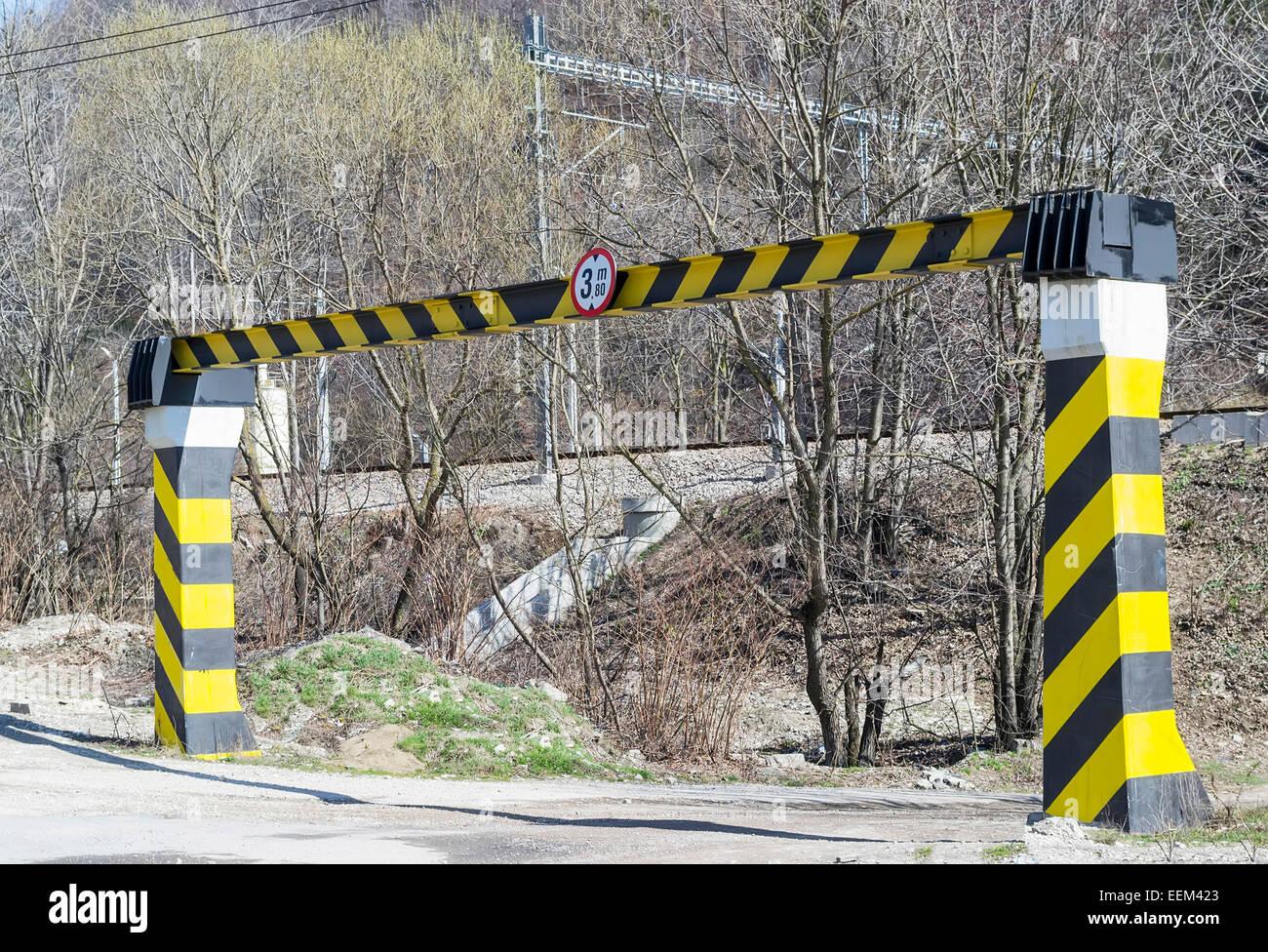 Poutres en fer pour le règlement de la hauteur à l'entrée d'une route Photo Stock
