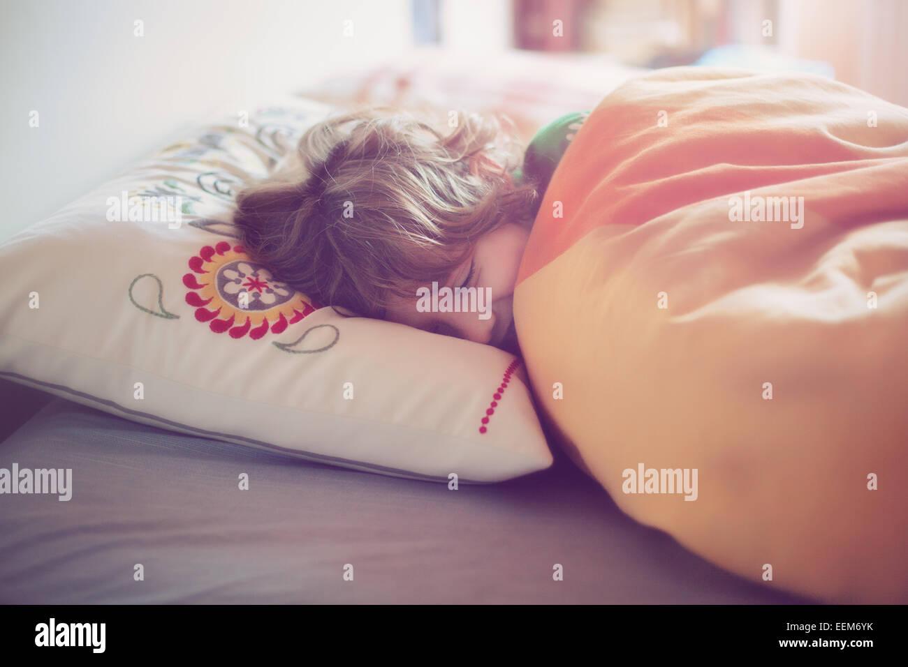 Sleeping boy (6-7) au lit Photo Stock