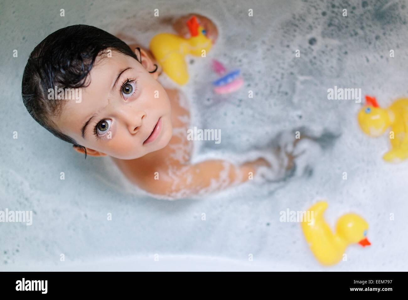 Portrait of Girl (2-3) baignade avec canards en caoutchouc Banque D'Images