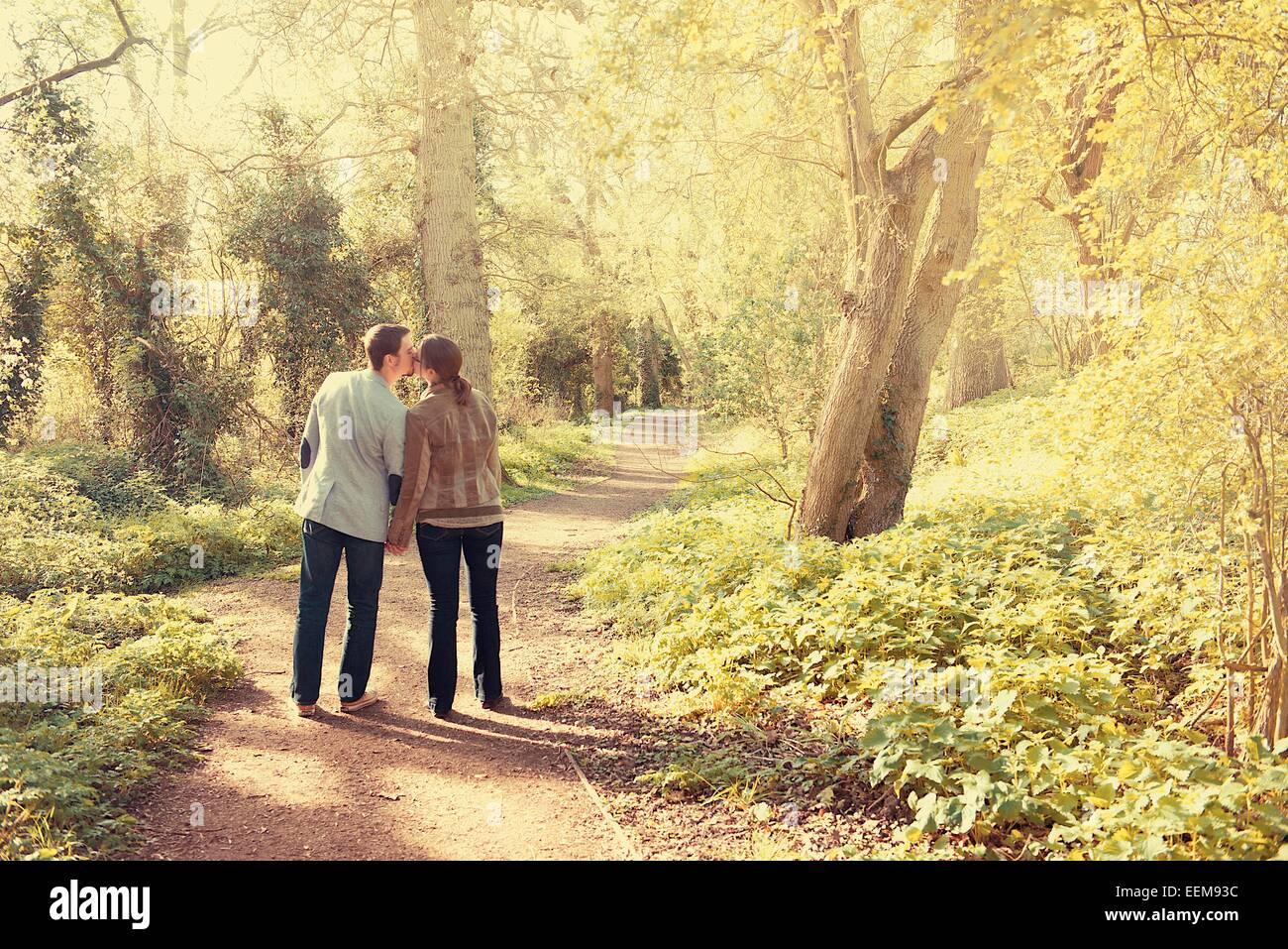 Couple en train de marcher dans le parc Banque D'Images