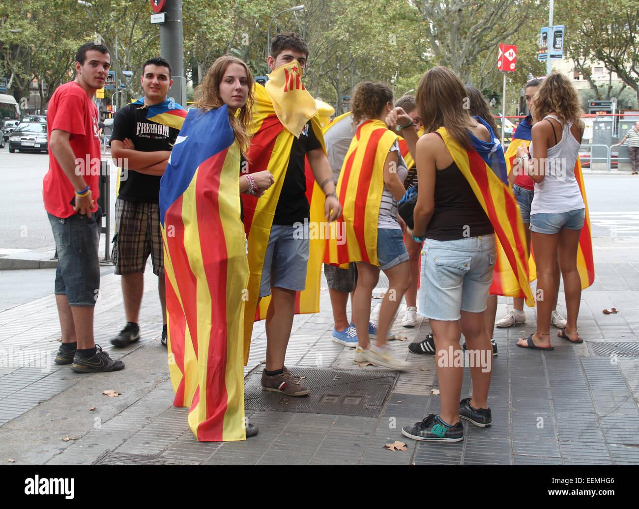Les jeunes catalans célébrant la Journée nationale de la Catalogne (Diada Nacional de Catalunya) Photo Stock