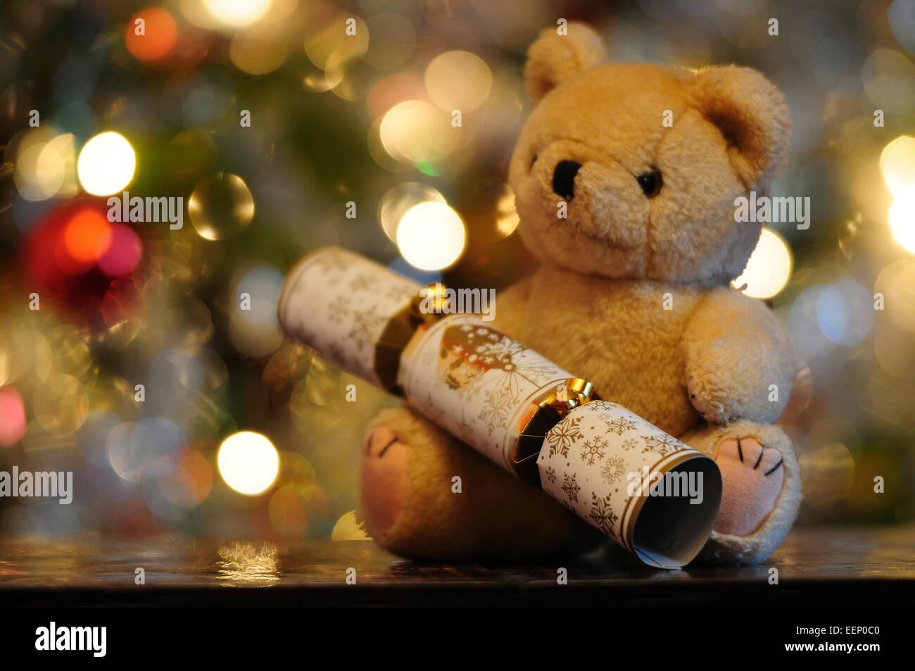 L'ours en peluche et de Noël avec des lumières à l'arrière-plan UK Photo Stock