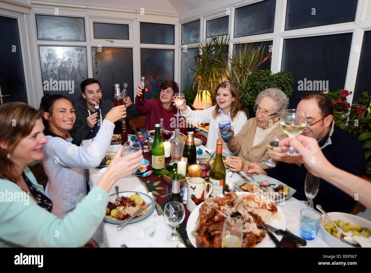 Profitez d'un dîner de Noël en famille avec toutes les générations. Photo Stock
