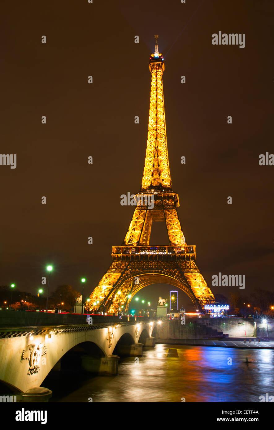 Tour Eiffel la nuit à Paris. La Tour Eiffel se trouve 324 mètres (1 063 pi) de hauteur. Photo Stock