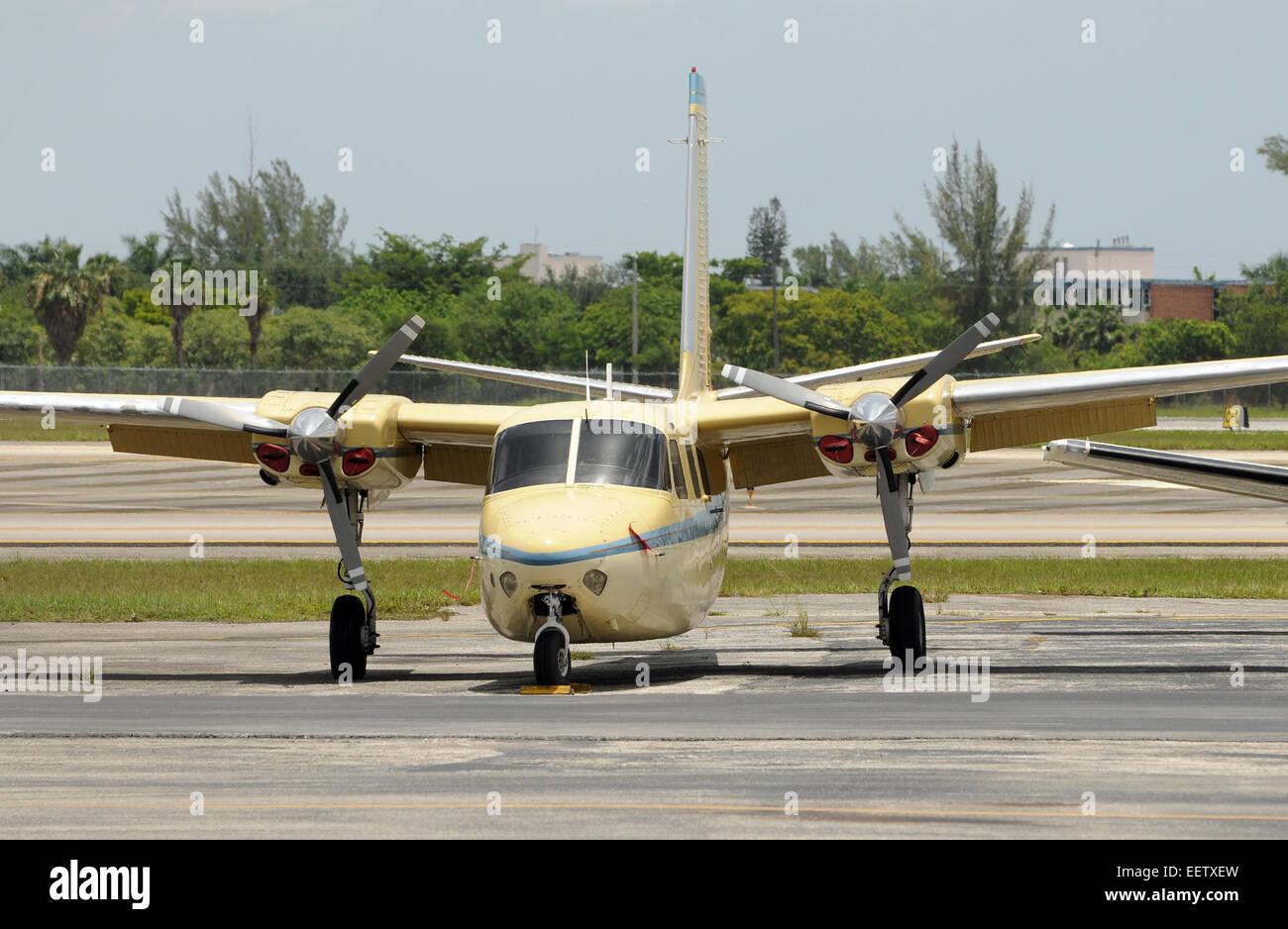0a8ff4377cae Ancien avion hélice abandonnés sur le terrain Banque D Images, Photo ...