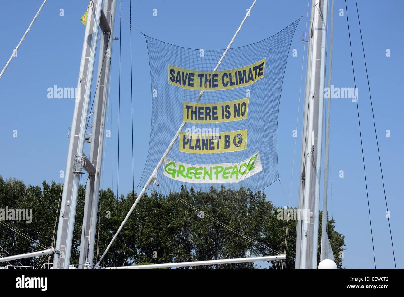 Greenpeace Rainbow Warrior, mât de navire avec un slogan 'Save le climat il n'y a pas de planète Photo Stock