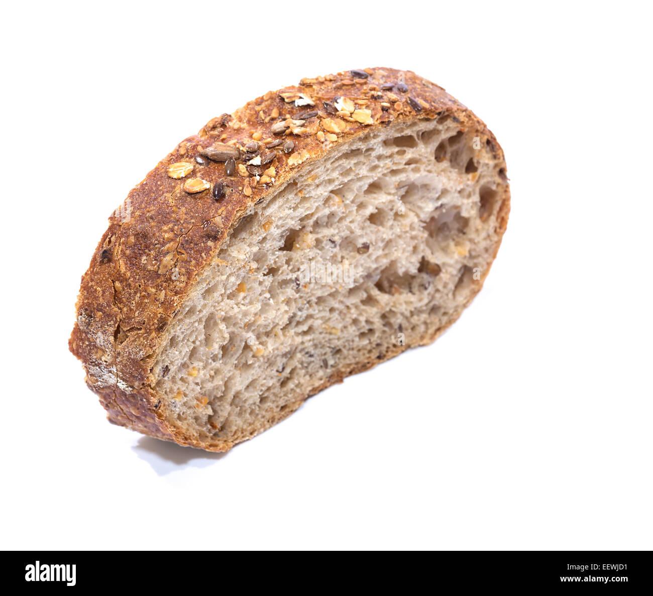 Tranche de pain de grains entiers sur fond blanc, avec vue sur la diagonale concentrer peu profondes Photo Stock