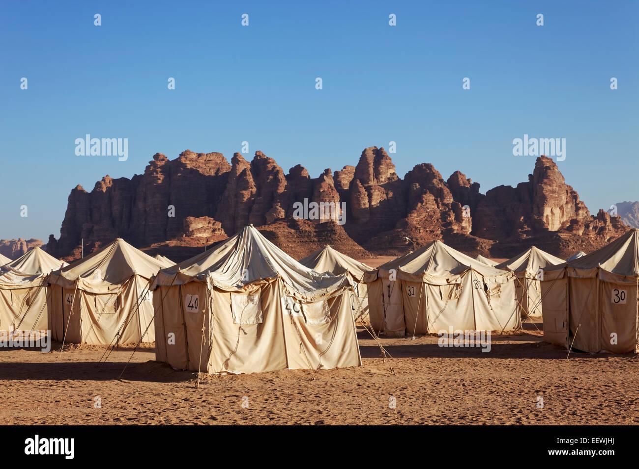 Camp de tentes, pour les touristes, les montagnes, le Wadi Rum, Jordanie Photo Stock