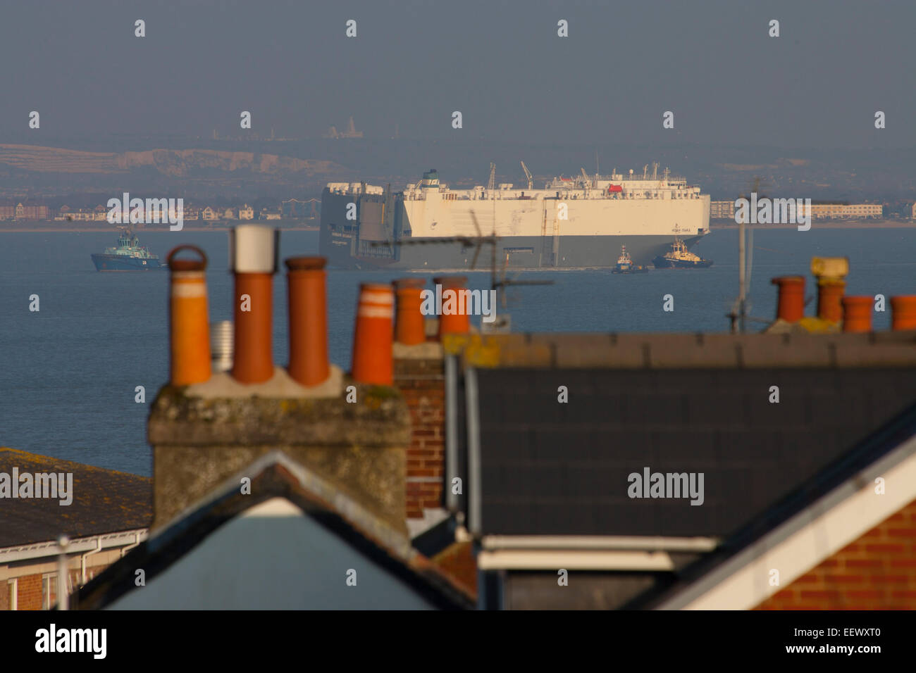 Le Solent, Southampton, UK. 22 janvier, 2015. Hoegh Osaka on remorquait à Southampton Hampshire UK après Photo Stock