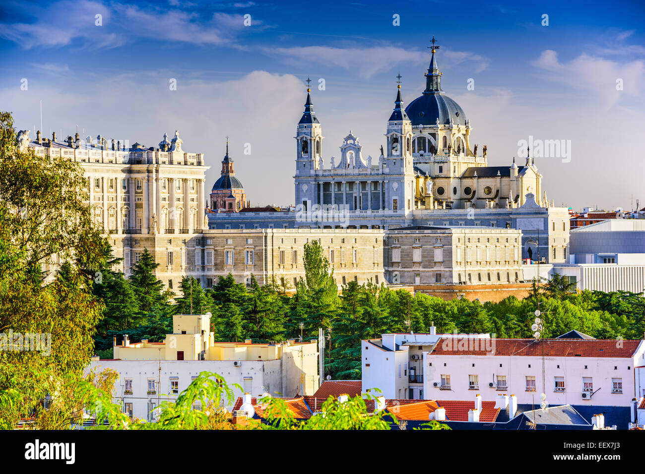 Madrid, Espagne skyline at Santa Maria la Real de la cathédrale Almudena et le Palais Royal. Photo Stock