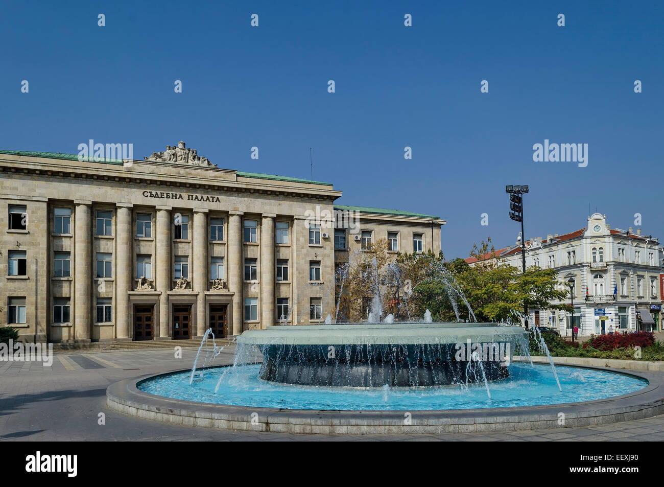 Cours de justice de la ville de Roussé avec grande fontaine en face, Bulgarie Banque D'Images