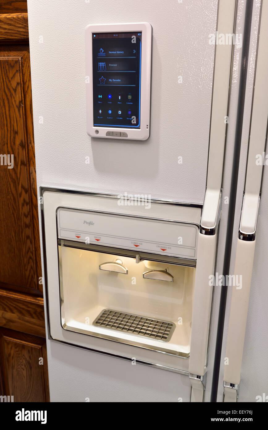 Smart réfrigérateur avec touchpad connectivité internet des objets et de glaçons et purificateur d'eau dans une Banque D'Images