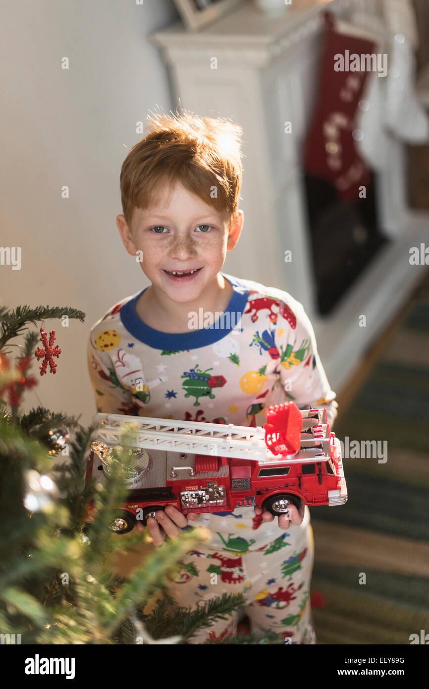 Portrait of boy (6-7) holding toy camion Banque D'Images