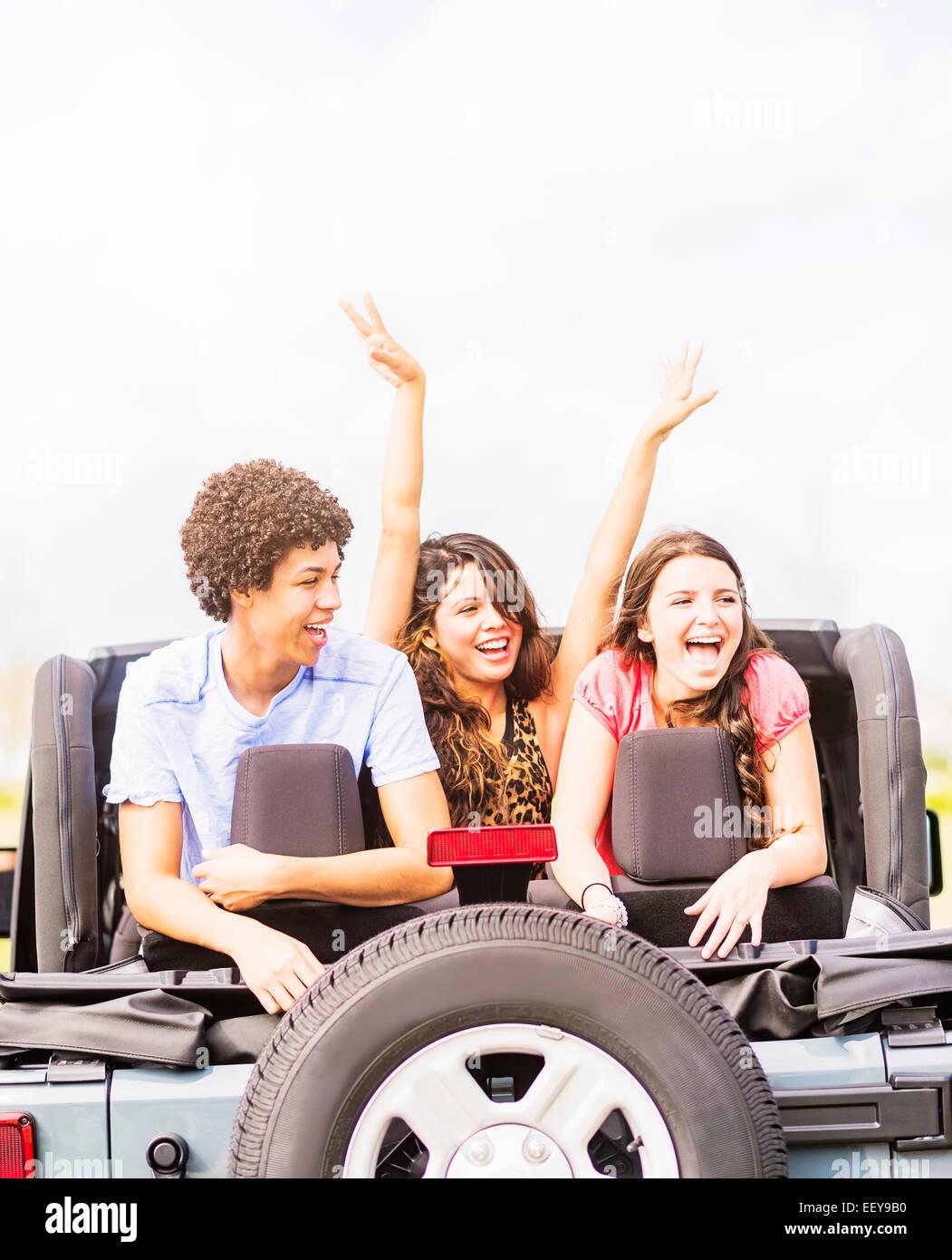 Groupe d'ami (14-15) lors de voyage en voiture Photo Stock