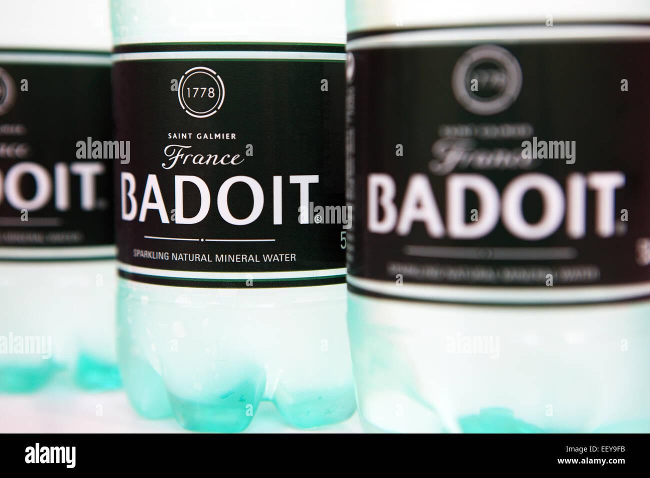 Bouteilles de badoit l'eau embouteillée en Français Photo Stock