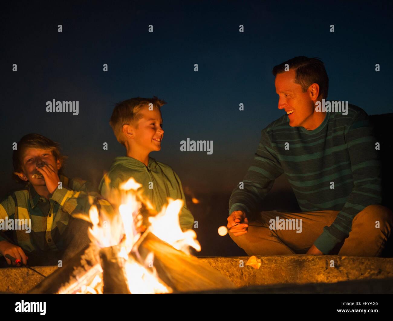 États-unis, Californie, Laguna Beach, l'homme parler avec son fils (10-11, 14-15) par camp Banque D'Images