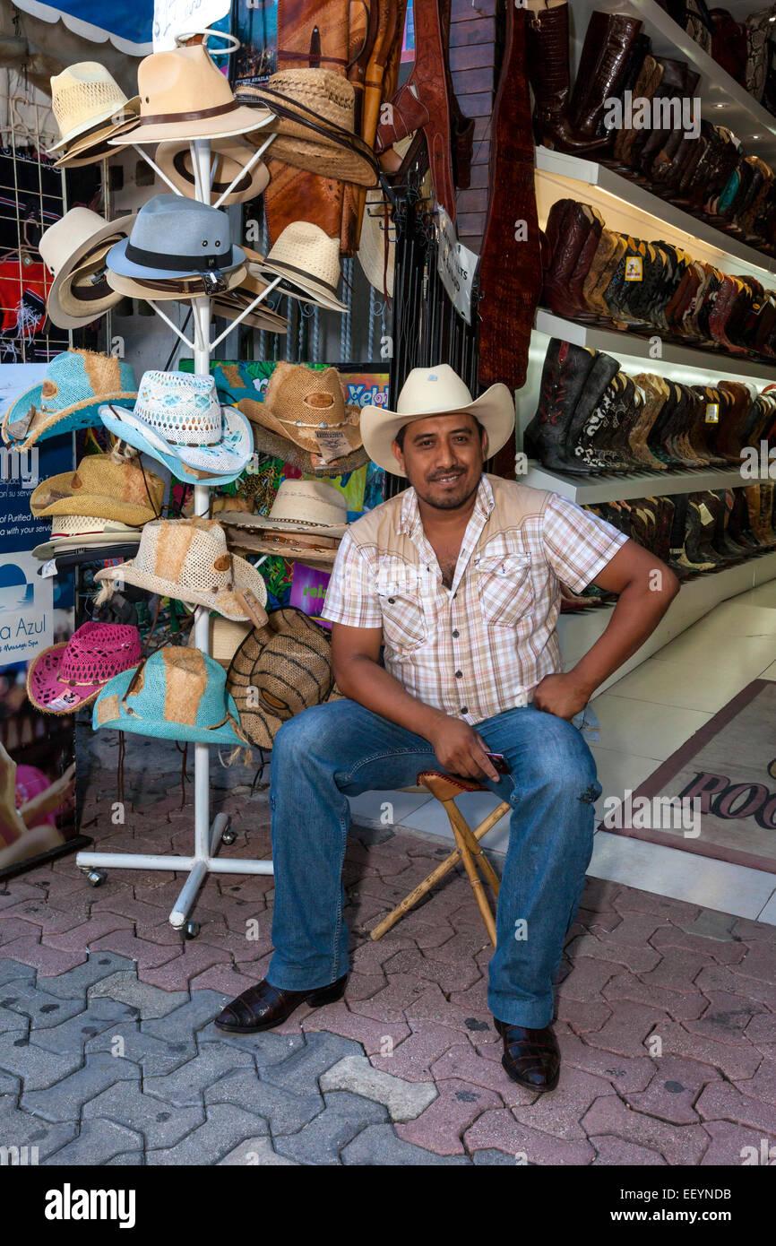 Commis de magasin vendant des chapeaux et des bottes. Playa del Carmen, Riviera Maya, Yucatan, Mexique. Photo Stock
