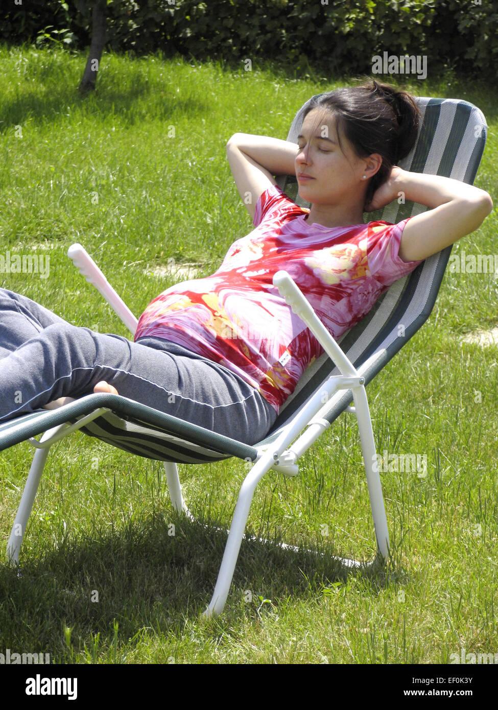 Liegestuhl Liegen.Schwangere Frau Sitzen Jung Bauch Schwangerschaft Liegen