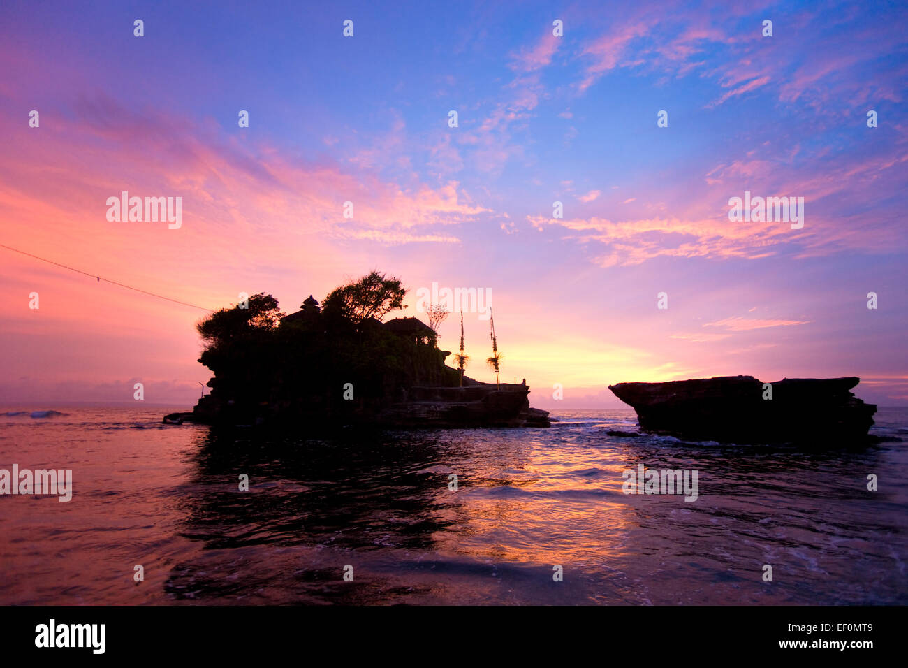 Le temple de Tanah Lot au coucher du soleil, le plus important temple indu de Bali, Indonésie. Photo Stock