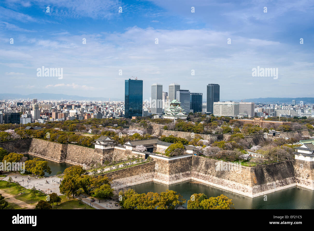 Osaka, Japon ville au château et parc d'affaires. Photo Stock