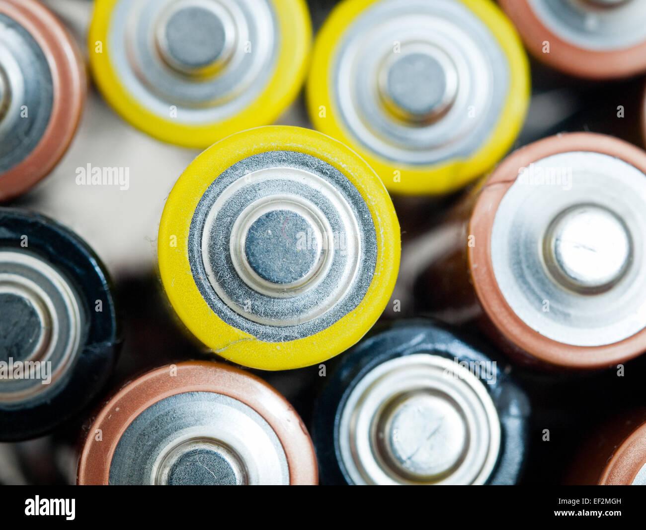 Un gros plan d'utilisé un double (AA) batteries pour le recyclage. Photo Stock