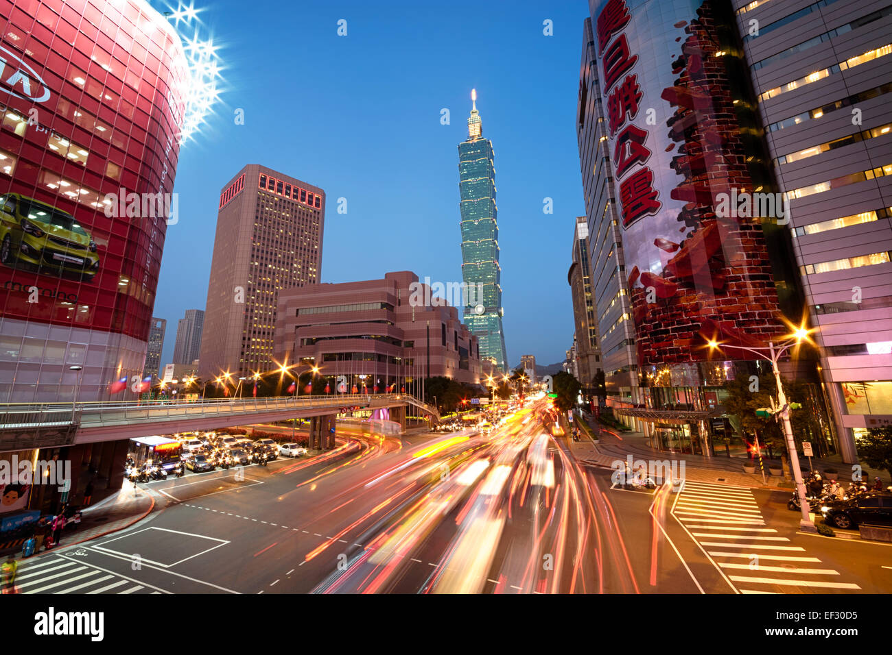 Taipei, Taiwan - Dec 30, 2014: Taipei, Xinyi District de nuit (y compris Taipei 101). Le Xinyi District est Photo Stock