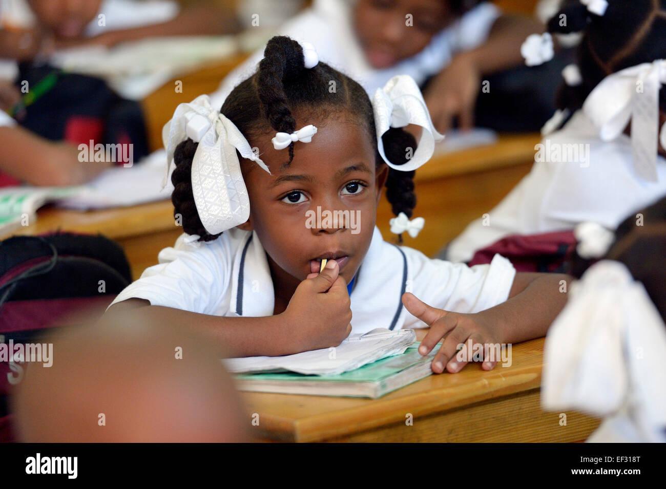Lycéenne en classe, Basile Moreau, l'école primaire Carrefour, Port-au-Prince, Haïti, Département Photo Stock