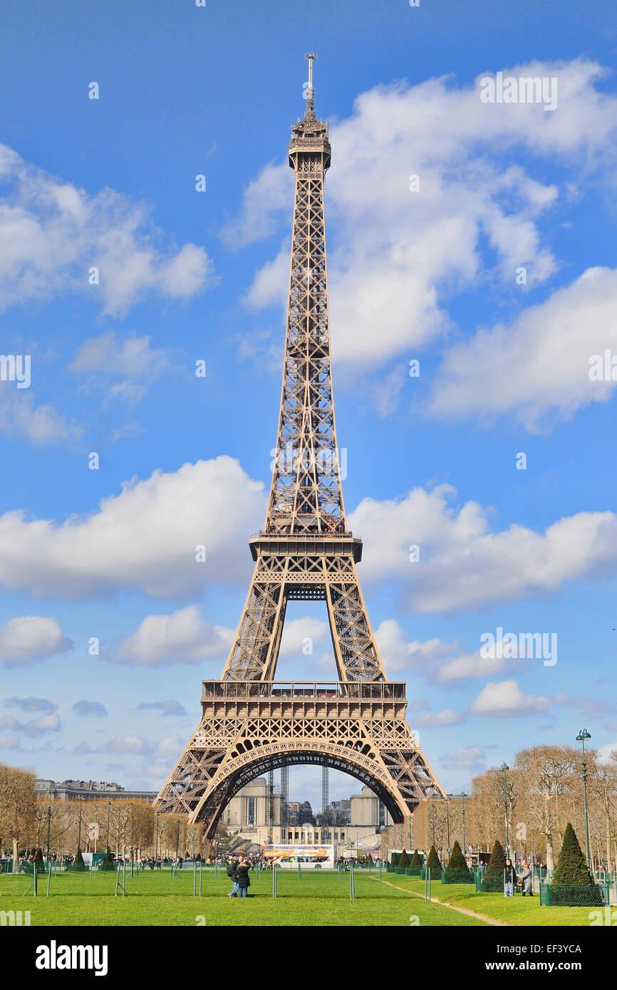 paris mar 2 lumi re du jour vue sur la tour eiffel la tour eiffel est un pyl ne en. Black Bedroom Furniture Sets. Home Design Ideas