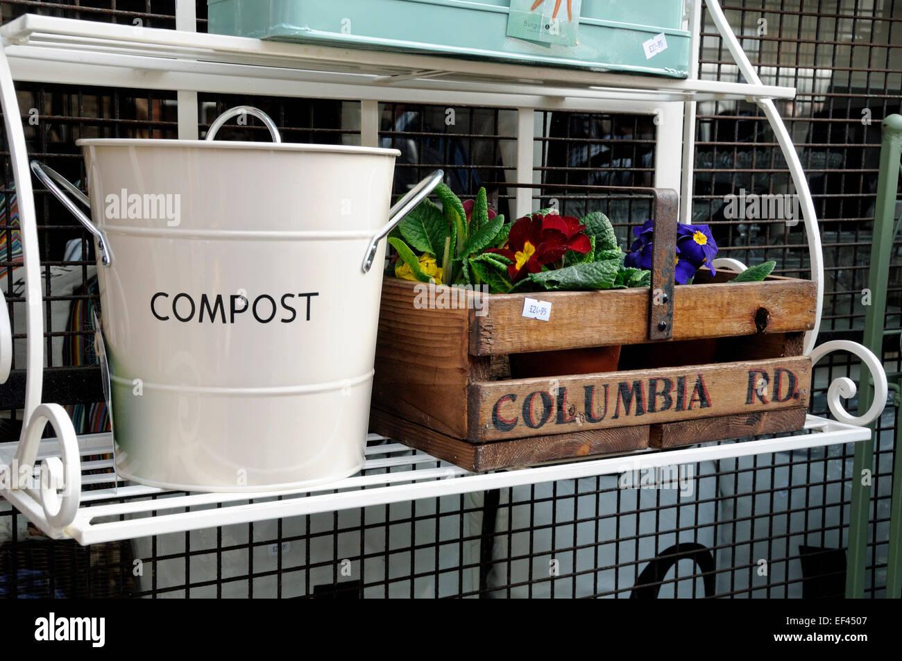 Matériel de jardin à vendre à l'extérieur de l'atelier Columbia Road Flower Market Tower Photo Stock