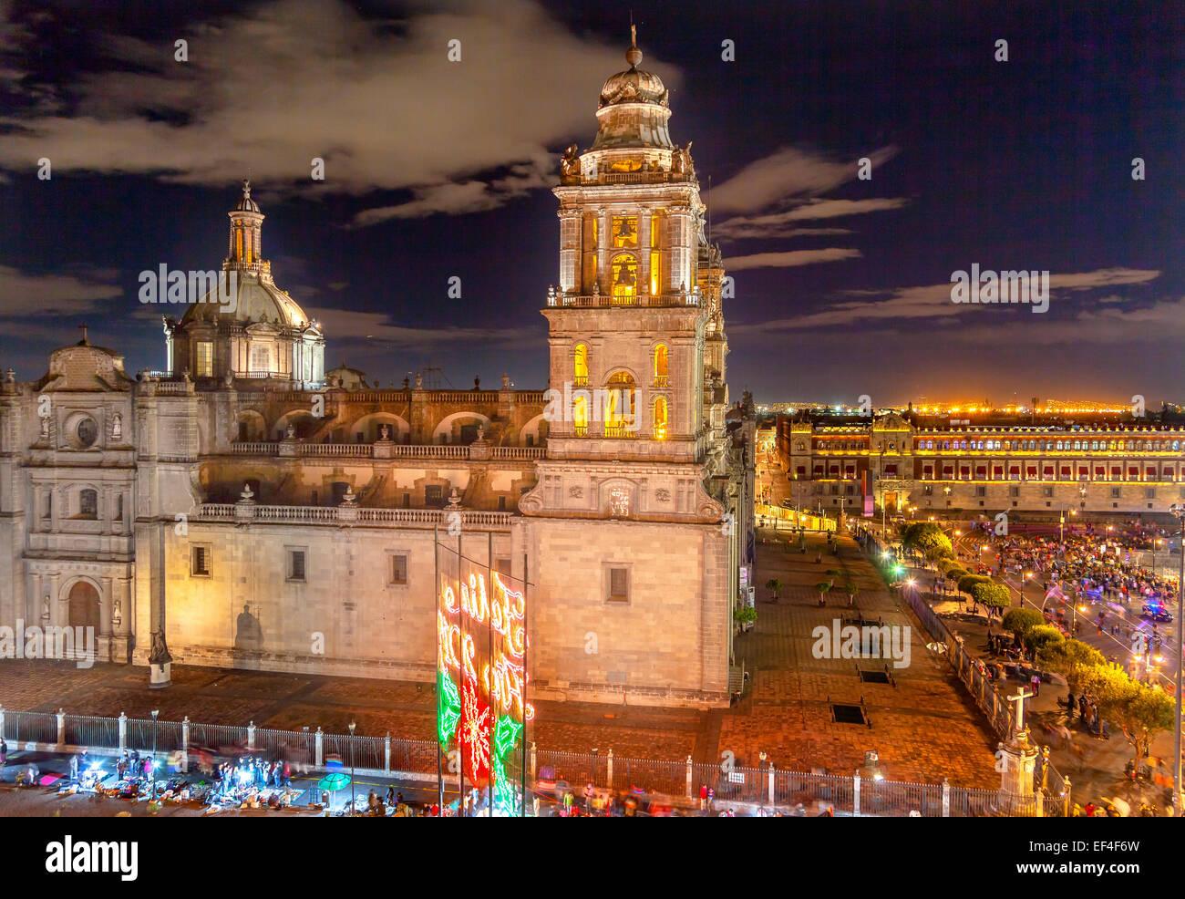 Cathédrale Métropolitaine et le palais présidentiel au Zocalo, Centre de Mexico, la nuit Photo Stock