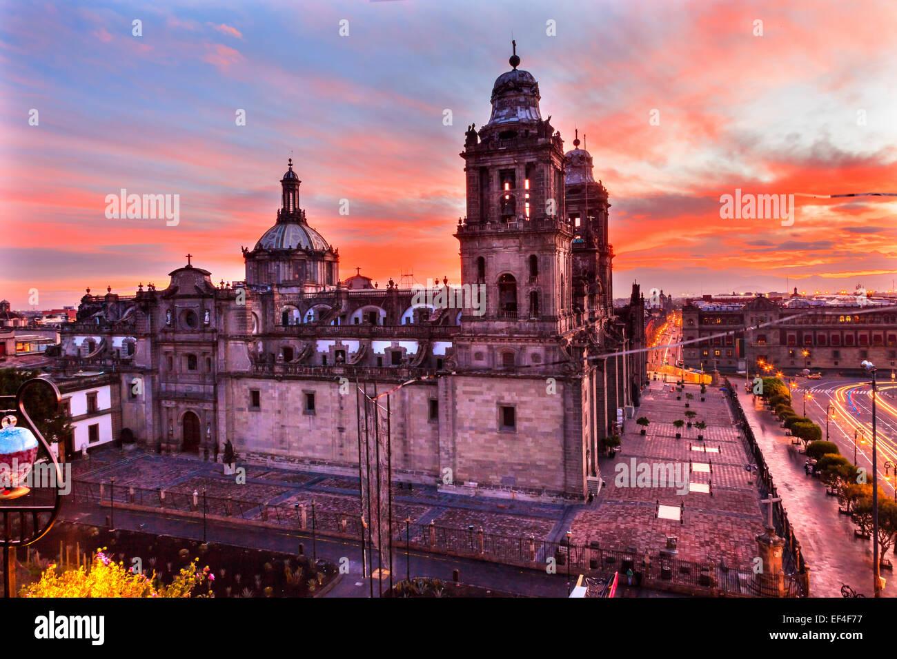 Cathédrale Métropolitaine et le palais présidentiel au Zocalo, Centre de Mexico Mexique Lever du Photo Stock