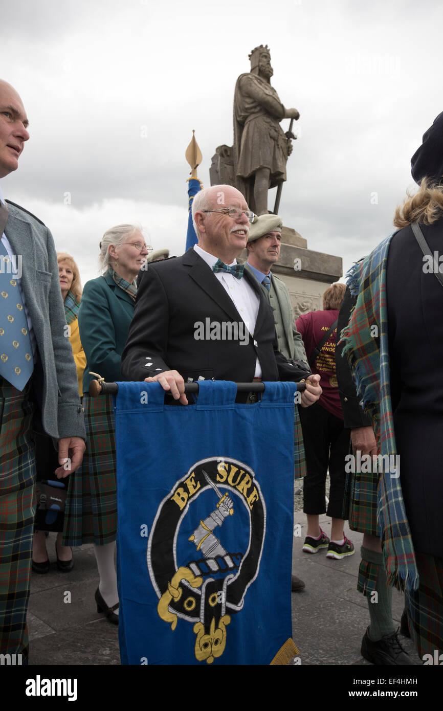 """Un homme tenant une bannière avec la légende """"Veillez"""" avant le début de la bannière Photo Stock"""