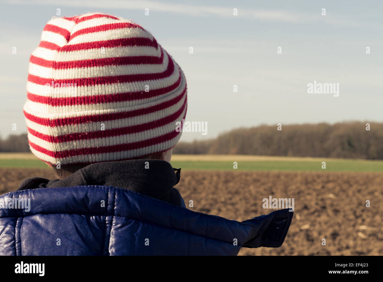 Jeune garçon debout sur les terres agricoles. Photo Stock