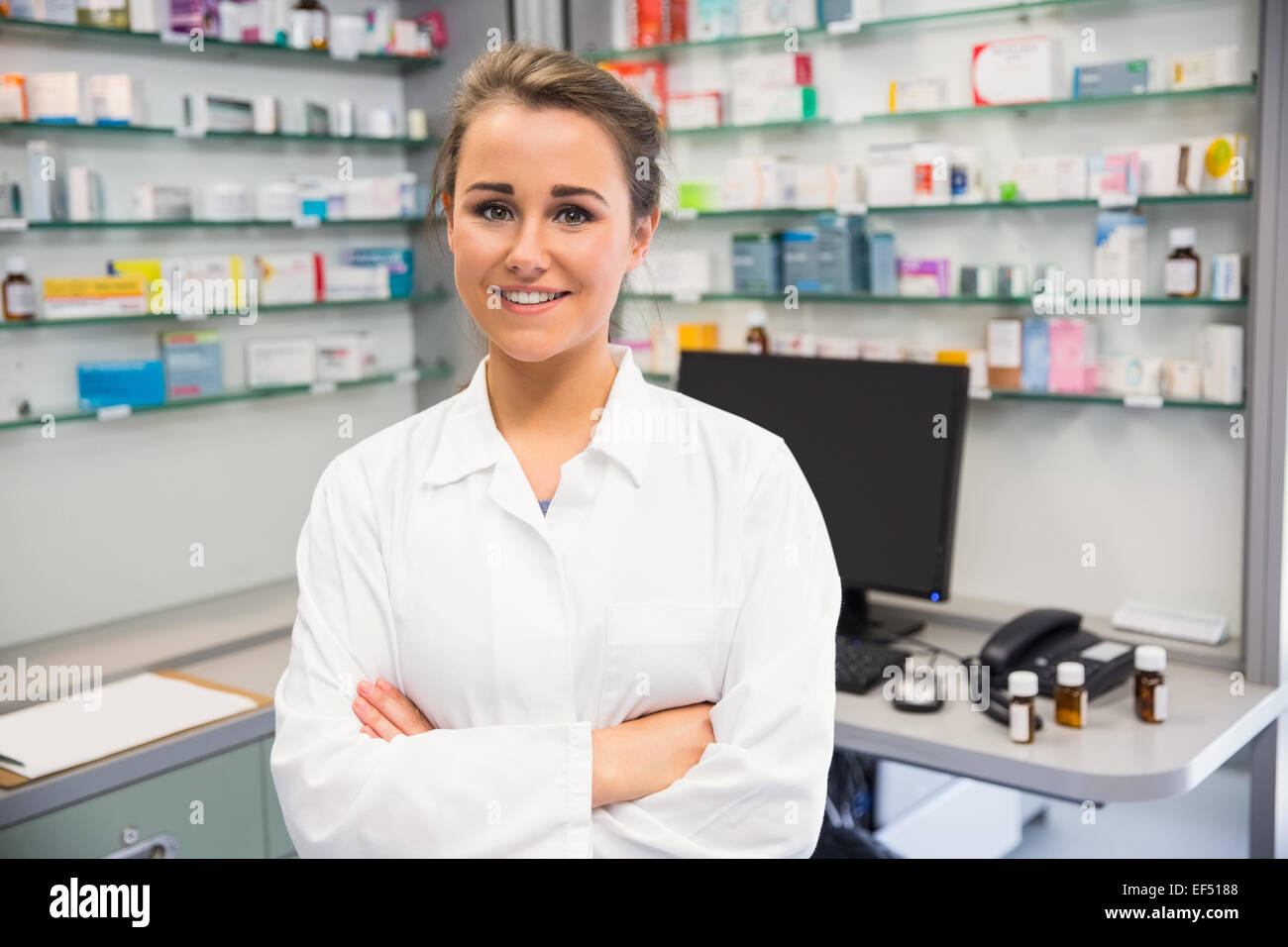 Pharmacien Junior smiling at camera Photo Stock