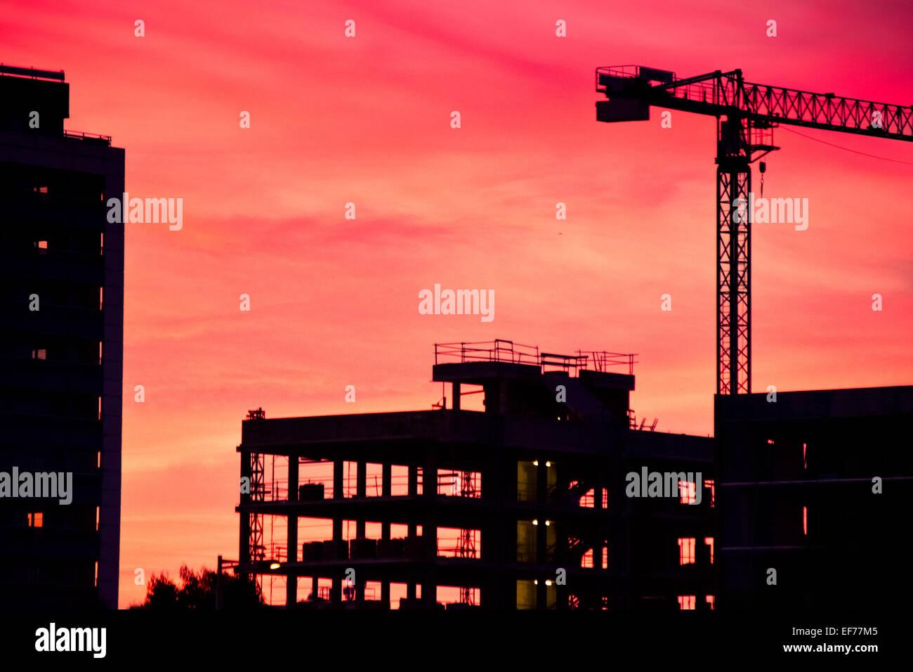 Bâtiment en construction au crépuscule. Photo Stock