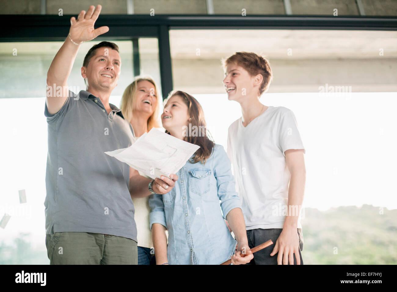 Discuter de la famille à la maison plan Photo Stock