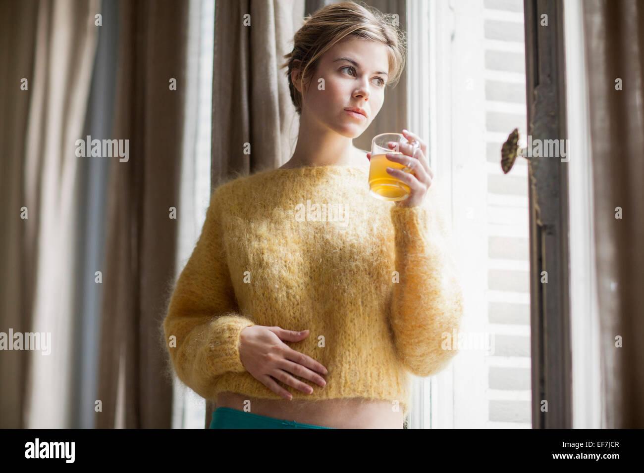 Femme à boire le thé de fines herbes Banque D'Images