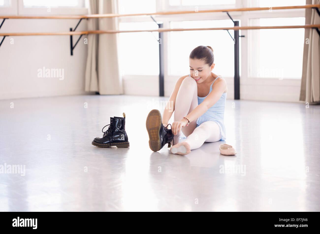 Girl putting sur ses chaussures dans un club de santé Photo Stock