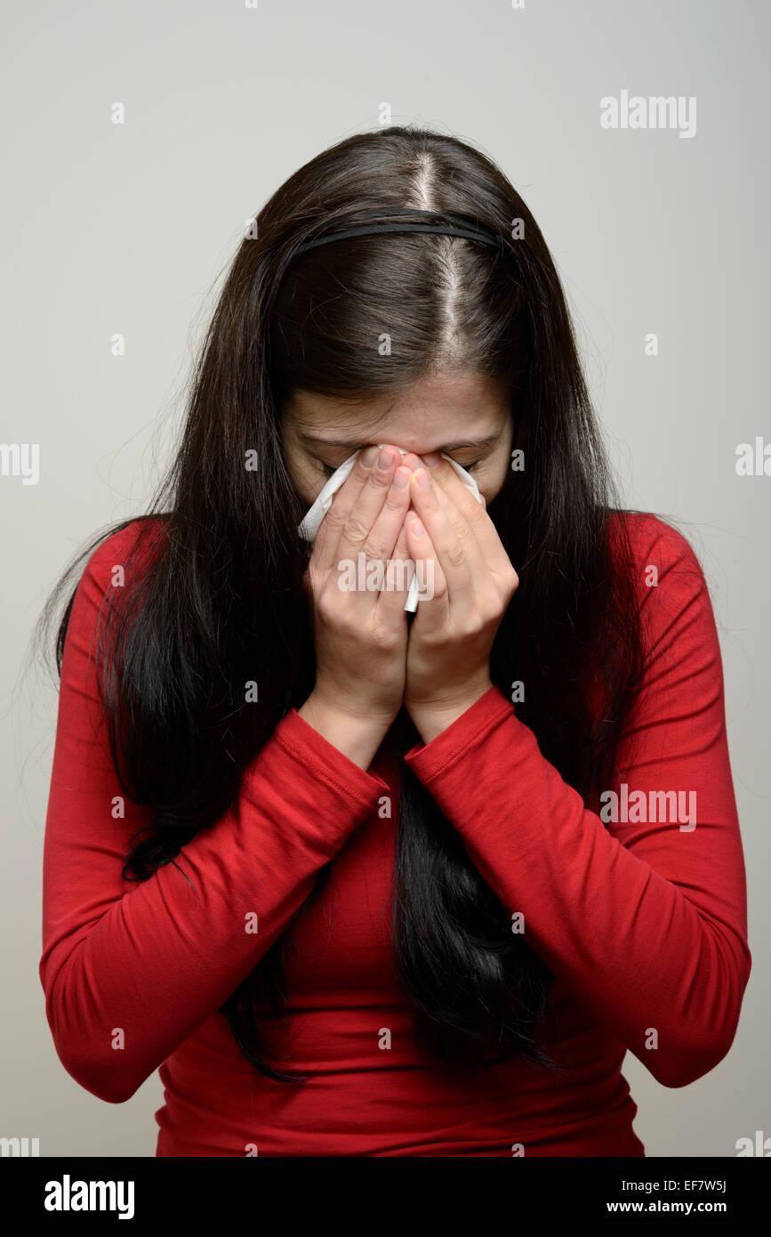 Femme de pleurer et d'essuyer ses larmes avec un mouchoir en papier Banque D'Images