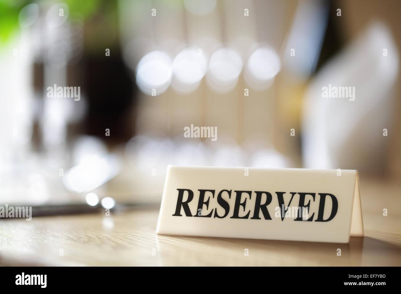 Réservés signe sur table de restaurant Banque D'Images
