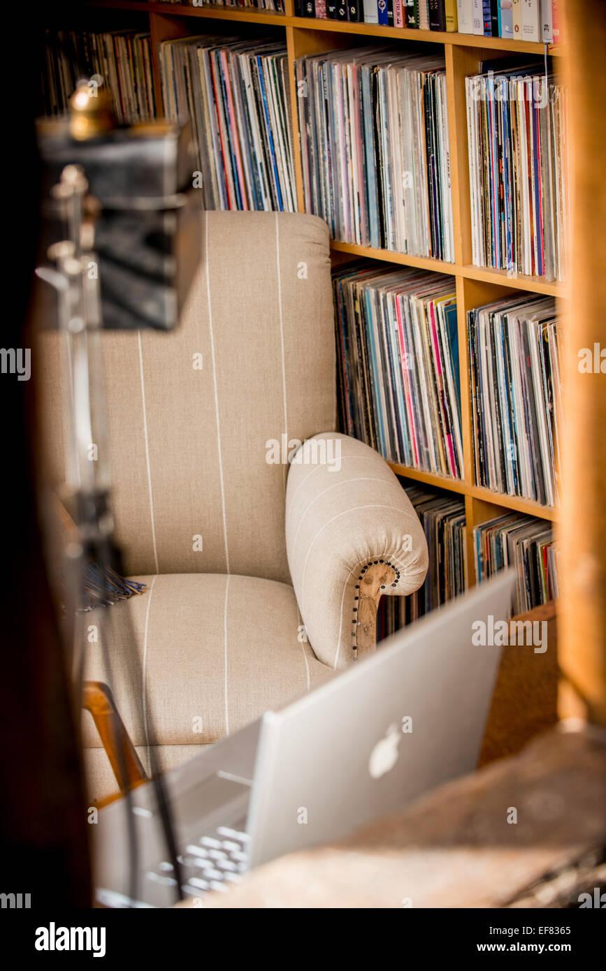 Un président restauré par One-Off chaises dans une étude les propriétaires de maison. Photo Stock