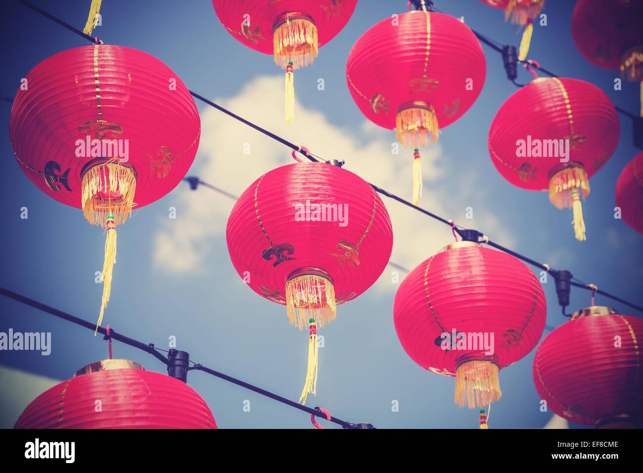 Filtrée rétro rouge chinois des lanternes en papier contre le ciel bleu. Photo Stock