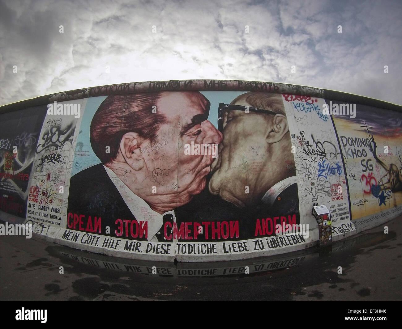 À la East Side Gallery la peinture de Leonid Brejnev et Erich Honecker s'embrasser comme peint par Dmitri Photo Stock
