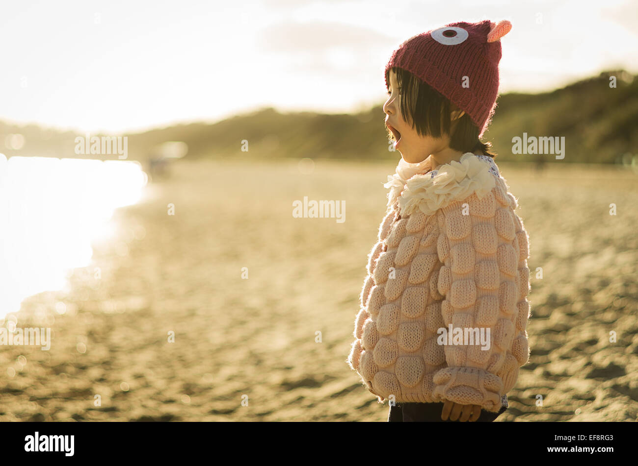 L'Australie, Melbourne, Young Girl singing on sandy beach Photo Stock