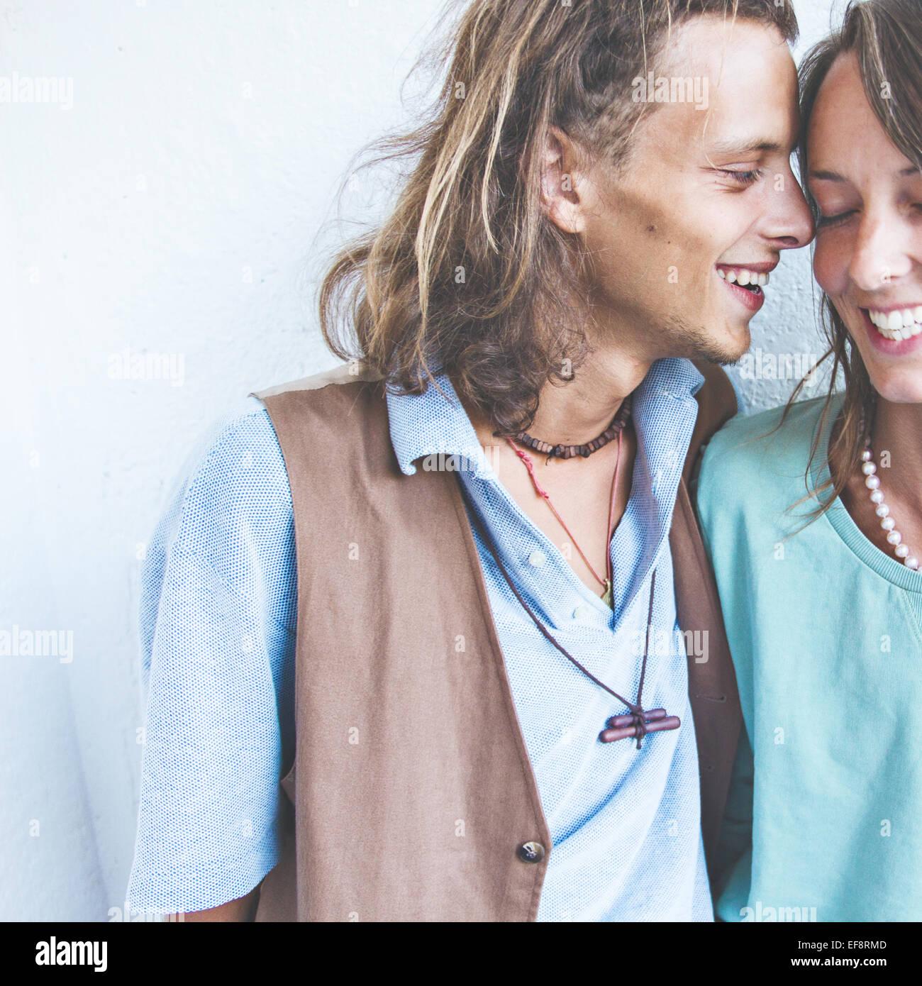 Jeune couple hétérosexuel dans l'amour Photo Stock