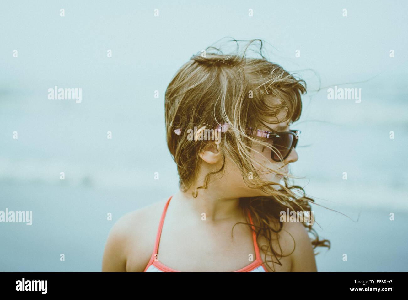 Portrait of Girl (4-5) avec les cheveux blonds balayés par le port de lunettes de soleil Banque D'Images